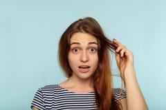Kvinnlig skönhet för stil för hårproblem skada rufsad till royaltyfri bild