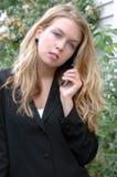 Kvinnlig skönhet på mobiltelefonen Fotografering för Bildbyråer