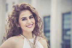 kvinnlig skönhet Ung le kvinna för lockigt hår arkivbilder