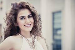 kvinnlig skönhet Ung le kvinna för lockigt hår fotografering för bildbyråer