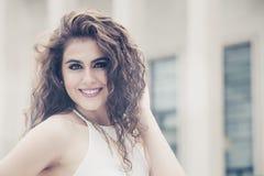 kvinnlig skönhet Ung le kvinna för lockigt hår royaltyfria bilder