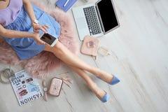 Kvinnlig skönhetblogger med smartphonen inomhus royaltyfri foto