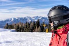 Kvinnlig skidåkare på en lutning Arkivbild