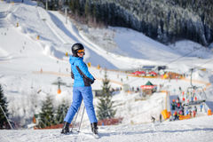 Kvinnlig skidåkare på en skidalutning på en solig dag Royaltyfria Foton