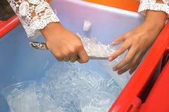 Kvinnlig skopa för bruksmetallis och plast- kopp i hink arkivbilder