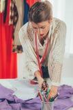 Kvinnlig skräddare Cutting Material arkivbild