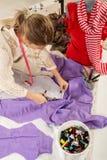 Kvinnlig skräddare Cutting Material fotografering för bildbyråer