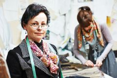 Kvinnlig skräddarestående på arbetsplatsen arkivfoto