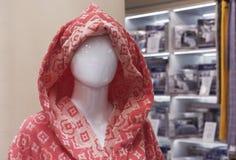 Kvinnlig skyltdocka i ett bekläda lager Handla utrustning - kvinnlig plast- attrapp fotografering för bildbyråer