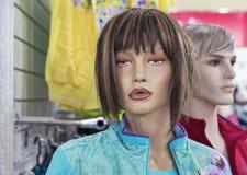 Kvinnlig skyltdocka i ett bekläda lager Handla utrustning - kvinnlig plast- attrapp royaltyfri foto