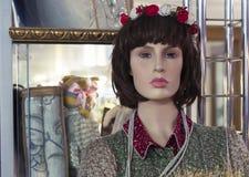 Kvinnlig skyltdocka i ett bekläda lager Handla utrustning - kvinnlig plast- attrapp royaltyfri bild