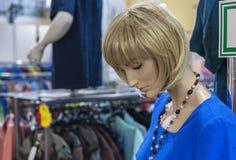 Kvinnlig skyltdocka i ett bekläda lager Handla utrustning - kvinnlig plast- attrapp arkivfoton