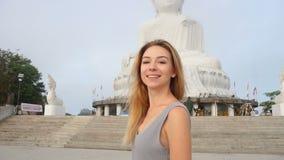 Kvinnlig skytte för ultrarapidblogger i den videopd near statyn för Buddha s i Thailand stock video