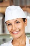 Kvinnlig slaktare Smiling In Butchery royaltyfria foton