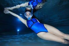 Kvinnlig snorkeler Arkivbild