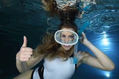 Kvinnlig snorkeler royaltyfria foton