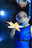 Kvinnlig snorkeler och sjöstjärna royaltyfri fotografi