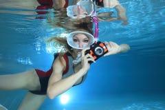 Kvinnlig snorkeler och undervattens- kamera fotografering för bildbyråer