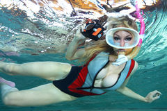 Kvinnlig snorkeler och undervattens- kamera arkivfoton