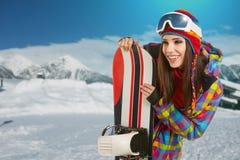 Kvinnlig snowboarder överst av berget Royaltyfri Foto
