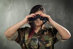 Kvinnlig soldat With Binocular Royaltyfria Bilder
