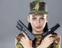 Kvinnlig soldat i kamouflagelikformig med vapnet Royaltyfri Fotografi