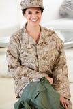 Kvinnlig soldat With Kit Bag Home For Leave royaltyfri bild