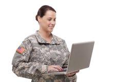 Kvinnlig soldat som använder bärbara datorn Arkivfoton