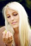 Kvinnlig som äter druvor Arkivfoton