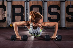 Kvinnlig som övar på idrottshallen royaltyfri bild