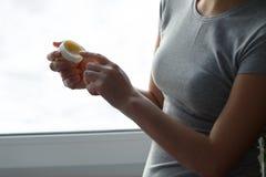 Kvinnlig som applicerar balsam som fuktar balsam arkivfoto