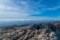 Kvinnlig som fotvandrar i bergen av Tramuntana, Mallorca, Baleares, Spanien Royaltyfri Foto
