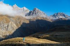 Kvinnlig som fotvandrar och beskådar på berg i Allgau, Tyskland Arkivfoto