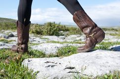 Kvinnlig som går i bruna läderkängor Royaltyfri Bild