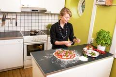 kvinnlig som gör pizzabarn Arkivfoton