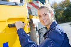 Kvinnlig som hoppas in i lastbilen Arkivbild
