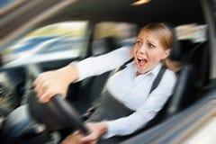 Kvinnlig som kör bilen och skrika arkivfoton
