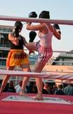 kvinnlig som kickboxing Arkivbild