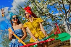 Kvinnlig som krattar jord på trädgård Royaltyfri Foto