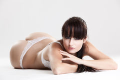kvinnlig som lägger model white för damunderkläder Arkivfoton