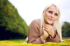 Kvinnlig som lyssnar till musik och att koppla av Fotografering för Bildbyråer