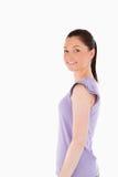kvinnlig som poserar nätt standing Arkivfoto