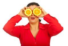 kvinnlig som rymmer orangen förvånad Royaltyfri Bild