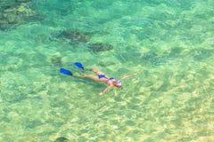 Kvinnlig som snorklar i Hawaii Arkivbild
