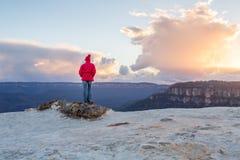 Kvinnlig som tycker om blåa berg Australien för storartade sikter Arkivfoto