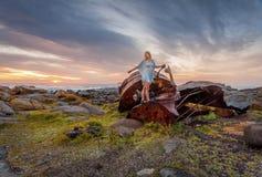 Kvinnlig som undersöker rosta skeppsbrott längs australisk kust Arkivfoton