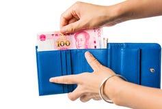 Kvinnlig som ut tar den kinesiska yuanen ut ur plånboken Royaltyfria Bilder