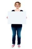 Kvinnlig som visar det vita blanka annonserande brädet Arkivbilder