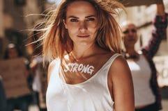 Kvinnlig som visar styrka av kvinnor royaltyfri bild