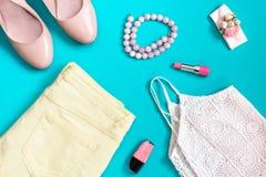 Kvinnlig sommarklädsamling i pastellfärgade färger, romantisk stil Royaltyfri Foto